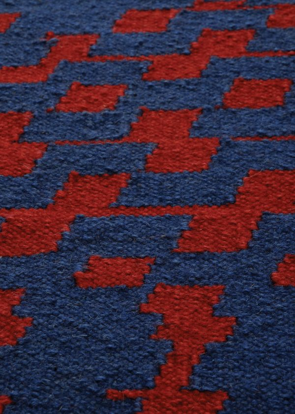 I+I_Fuoritempo_blue-red, wool tappeto carpet rug handwoven design in Milan Italy India detail